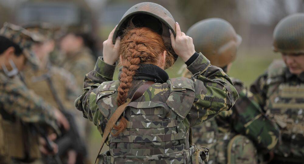 Militar romena ajusta capacete durante os exercícios conjuntos com as militares da Marinha americana, na costa romena do mar Negro