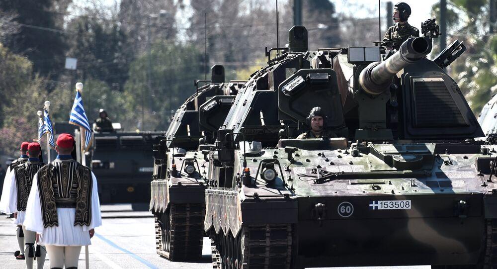 Militares desfilam pelas ruas de Atenas em comemoração ao Dia da Independência da Grécia
