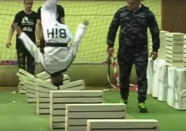 O mestre bósnio de Taekwondo, Kerim Akhmetspahik de 16 anos, estabeleceu um novo recorde quebrando com sua cabeça 111 blocos de concreto em 35 segundos