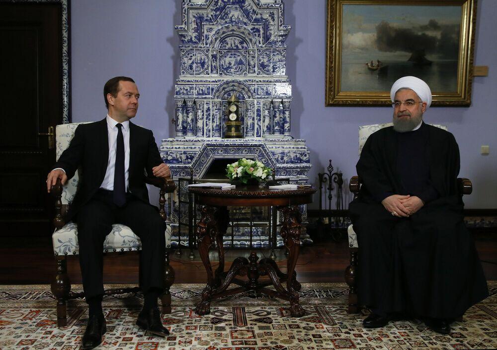 Primeiro-ministro russo, Dmitry Medvedev, se reúne com o presidente do Irã, Hassan Rouhani, à direita, em sua visita oficial à Rússia