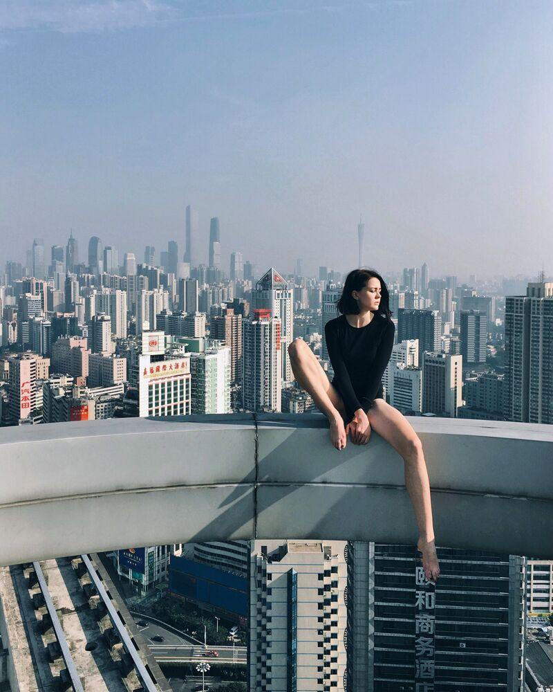 Rita Ahundova posa em frente da câmera do seu iPhone para seu projeto Outra China
