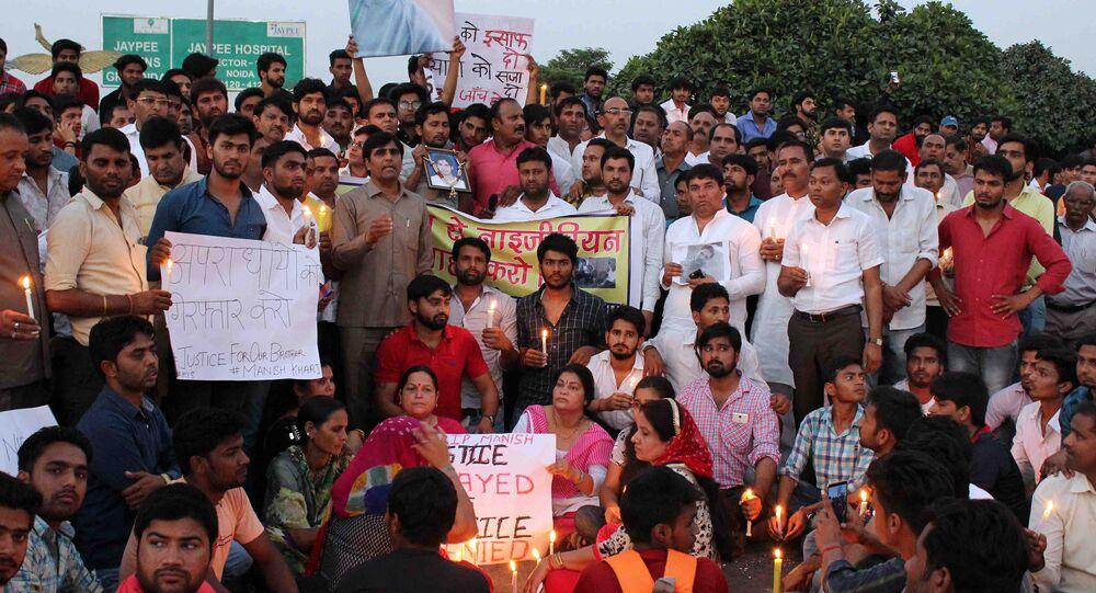 Habitantes da Grande Noida, no estado indiano de Uttar Pradesh, protestam contra a morte do menino Manish Khari