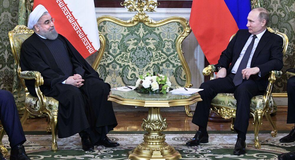 O presidente do Irã, Hassan Rouhani, em encontro com o líder russo, Vladimir Putin, no Kremlin de Moscou