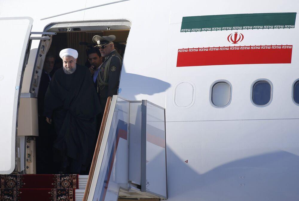 O presidente iraniano, Rouhani desembarca do avião no momento da chegada Vnukovo Sua Aeroporto Internacional em Moscou
