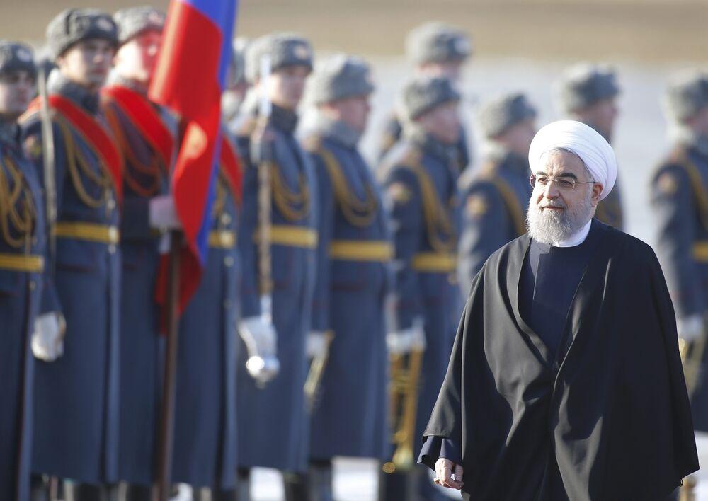O presidente iraniano, Rouhani inspeciona cerimônia de boas vindas da Guarda de Honra durante sua chegada no Aeroporto Internacional de Moscou