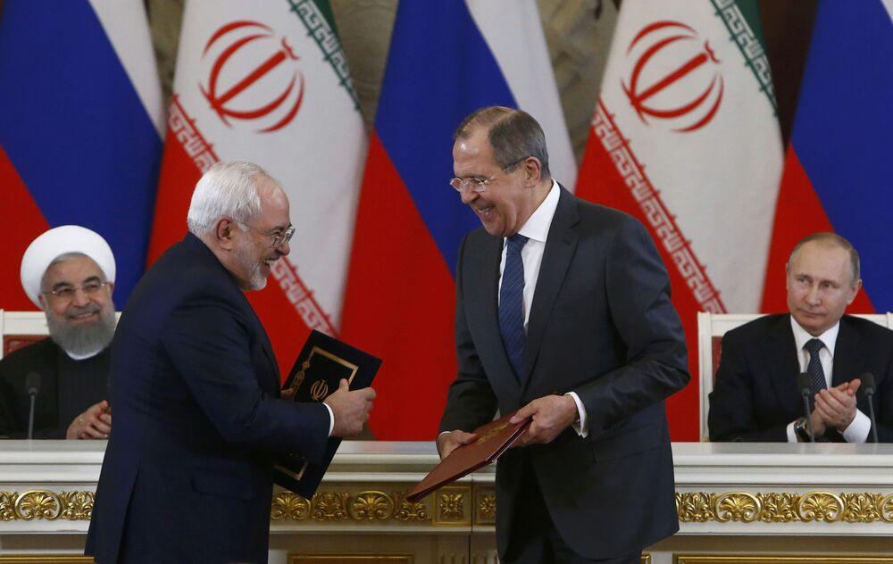 O chanceler russo, Sergei Lavrov e o chanceler iraniano, Mohammad Javad Zarif trocam documentos após reunião do presidente russo, Vladimir Putin do presidente iraniano Hassan Rouhani e ao Kremlin em Moscou, Rússia