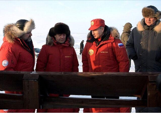 Presidente russo Vladimir Putin visita Terra de Francisco José, no Ártico, acompanhado pelo primeiro-ministro Dmitry Medvedev