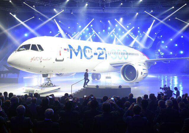 Primeiro-ministro russo, Dmitry Mevedev, participa da apresentação do avião de médio curso MC-21-300 na Instalação Aeronáutica de Irkutsk, 8 de junho de 2016