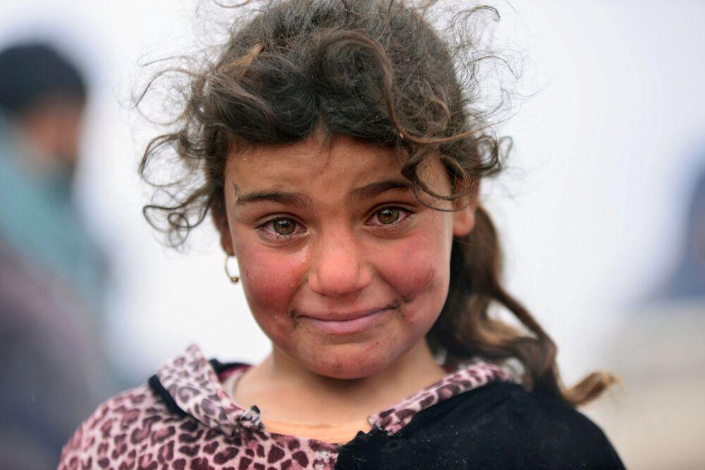 Criança sem teto, que perdeu sua casa, chora durante a batalha entre as forças do Iraque e o Daesh perto de Badush, Iraque, março de 2017