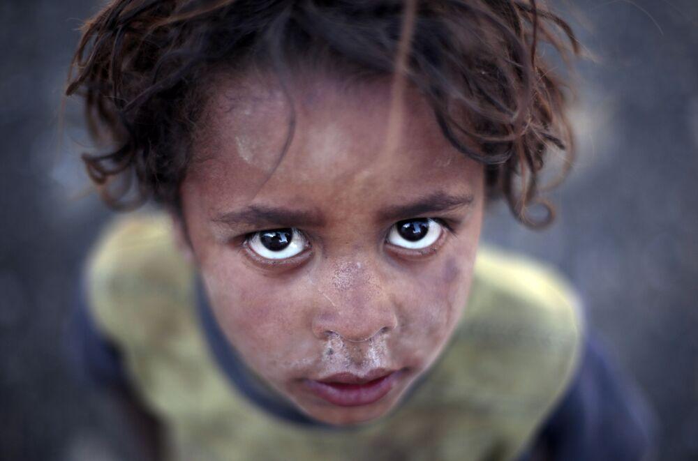 Rapaz posa para foto num campo para pessoas deslocadas internamente na periferia de Saná, Iêmen, junho de 2016.