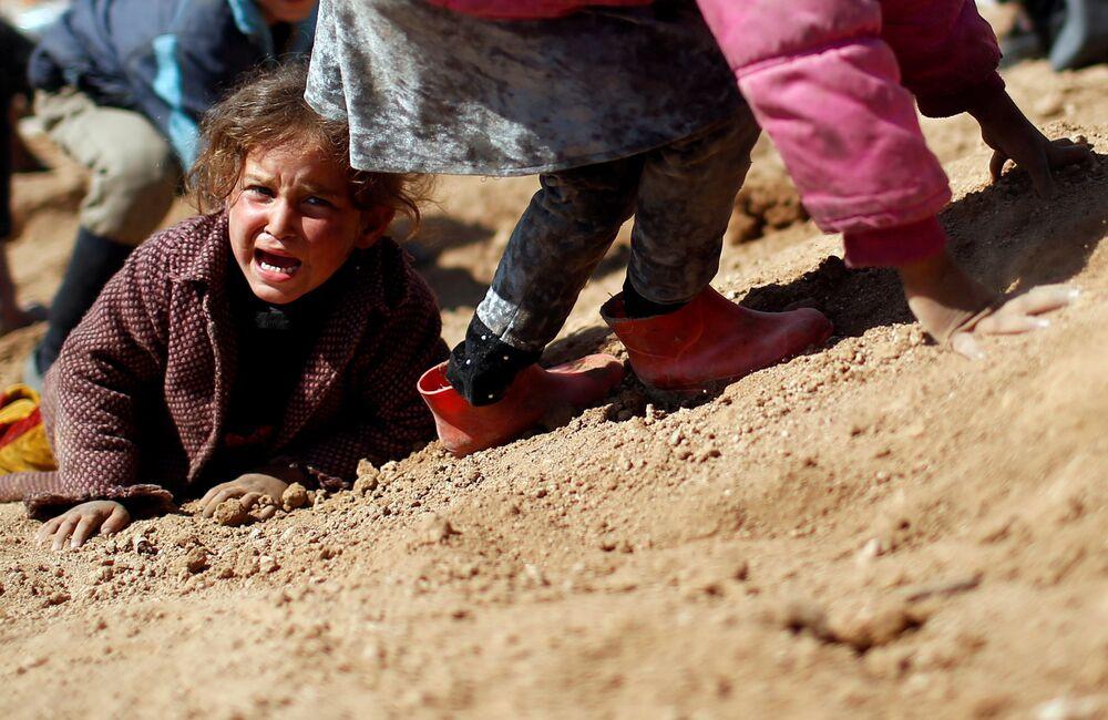Criança iraquiana chora nos arredores do campo Hamam al-Alil
