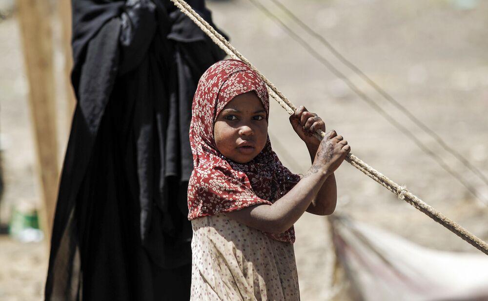 Criança iemenita esperando por ajuda em Saná