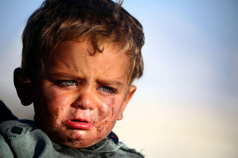 Rapaz sírio chora no campo de refugiados na povoação de Ain Issa