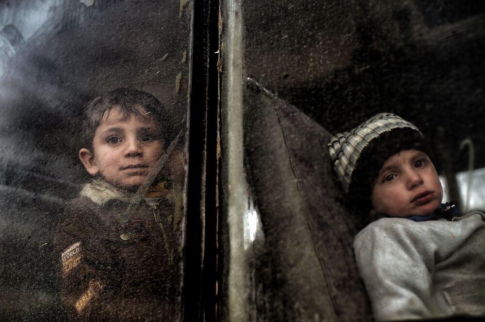 Crianças deslocadas são evacuadas de Mossul ocidental durante uma ofensiva em Mossul no Iraque contra os jihadistas, março de 2017.