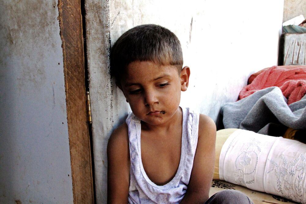 Rapaz na área do bairro 1070 no sudeste de Aleppo