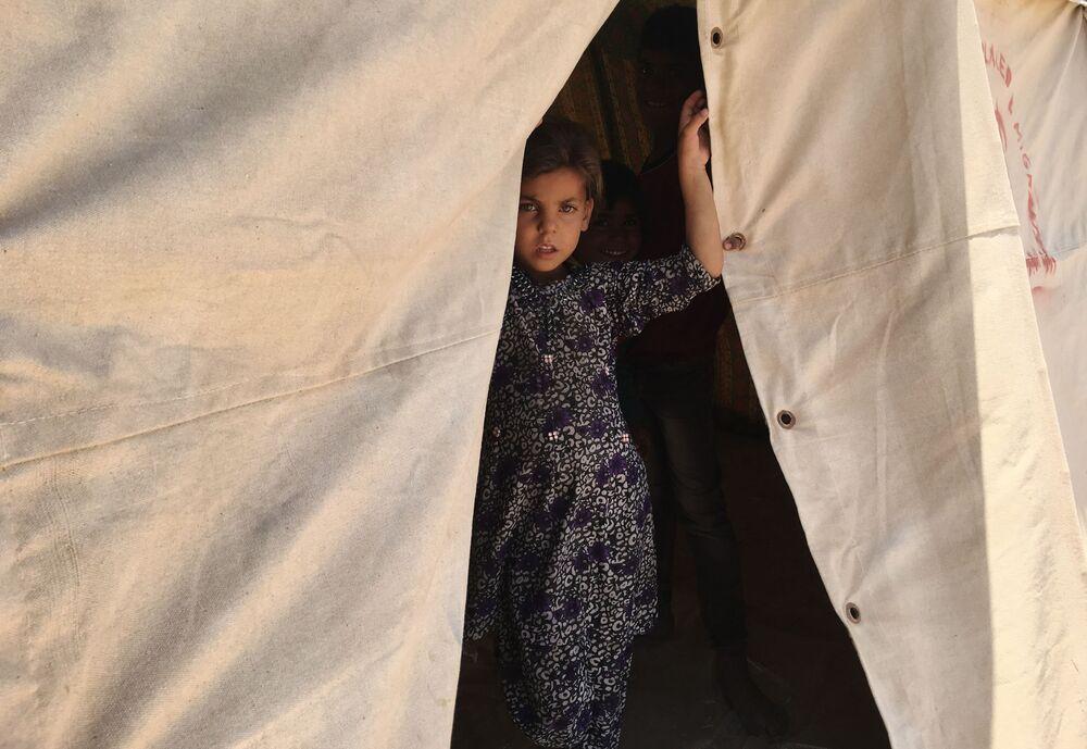 Criança iraquiana em campo de refugiados em Fallujah