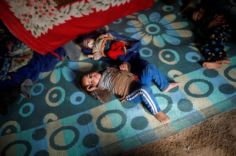 Crianças no campo al-Alil, no sul de Mossul