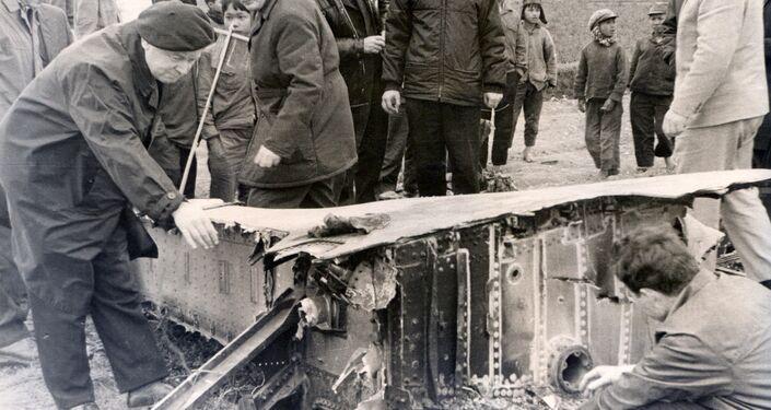 Inspectores soviéticos examinam a carcaça de um bombardeiro B-52 abatido em dezembro de 1972