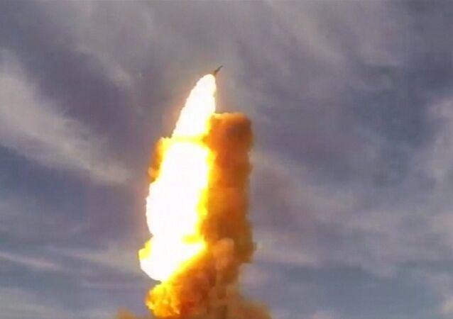 Lançamento de um antimíssil russo do polígono de Sary-Shagan no Cazaquistão