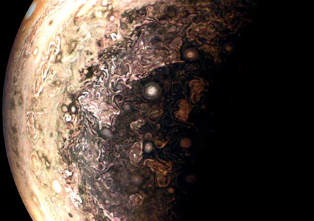 Imagem de Júpiter tirada pela sonda Juno e aperfeiçoada por um astrônomo