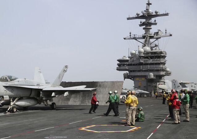 Avião F-18 se prepara para decolar do porta-aviões USS George H.W. Bush, em navegação no Golfo Pérsico, 22 de março de 2017