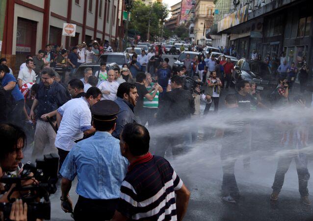 Manifestantes entram em conflito com a polícia em Assunção, no Paraguai