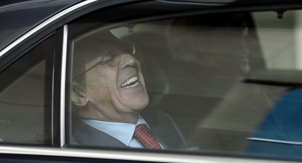 O ministro russo das Relações Exteriores, Sergei Lavrov, ri enquanto deixa o Intercontinental Hotel durante as negociações sobre o programa nuclear iraniano em Genebra, em 23 de novembro de 2013.