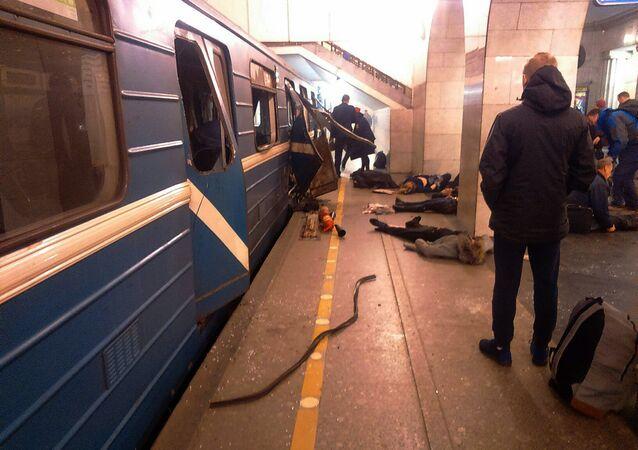 Vítimas da explosão são resgatadas na estação de Tekhnologichesky Institut, no metrô de São Petersburgo, Rússia, 3 de abril de 2017