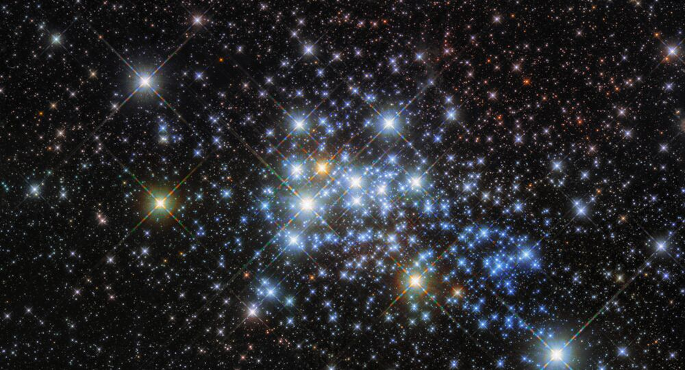 O telescópio espacial Hubble tirou fotografias da estrela Westerlund 1-26 – maior estrela da Via Láctea – localizada na constelação de Ara (hemisfério celestial sul). Para ter noção do tamanho do corpo celeste, ela é maior que a distância o Sol e Júpiter