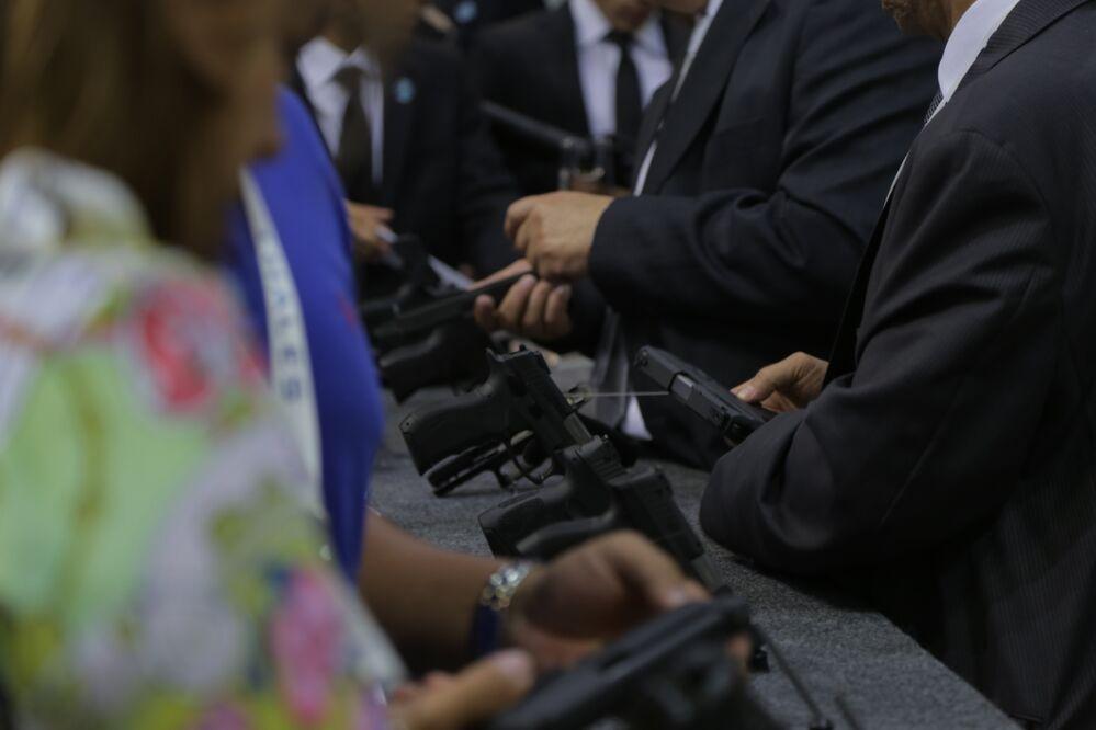 Visitantes da LAAD 2017 testam armas
