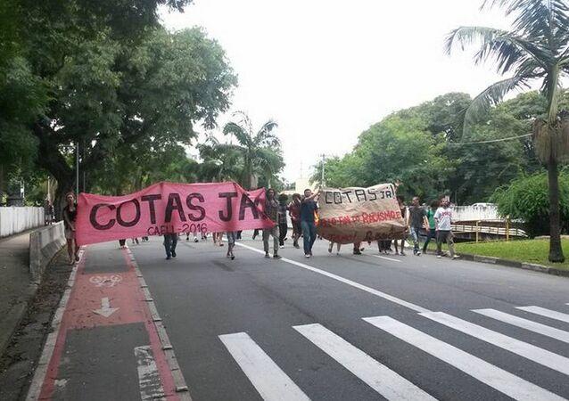Os estudantes em protesto pelas Cotas na USP para os negros e pobres