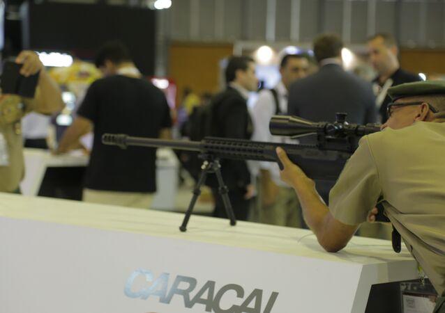 Militar brasileiro testa arma na feira LAAD 2017