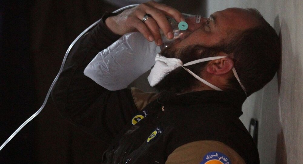 Membro da defesa civil respira via máscara de oxigênio depois do ataque na cidade de Khan Shaykhun, na Síria, com alegado uso de armas químicas, 4 de abril de 2017