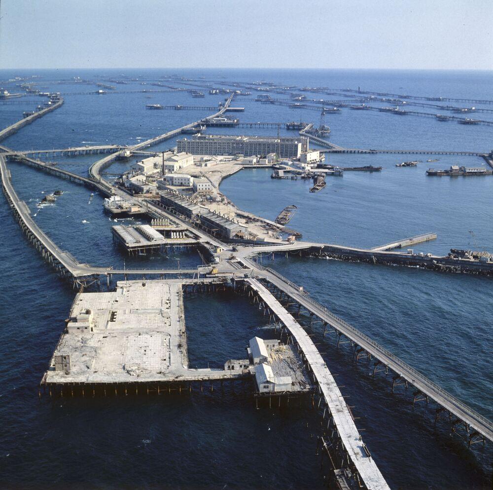 Povoado urbanizado Pedras Petroleiras no mar Cáspio. Foi construído sobre estacadas metálicas em 1949 devido ao início de exploração de petróleo perto das Pedras Negras – um cume que sobressai do mar