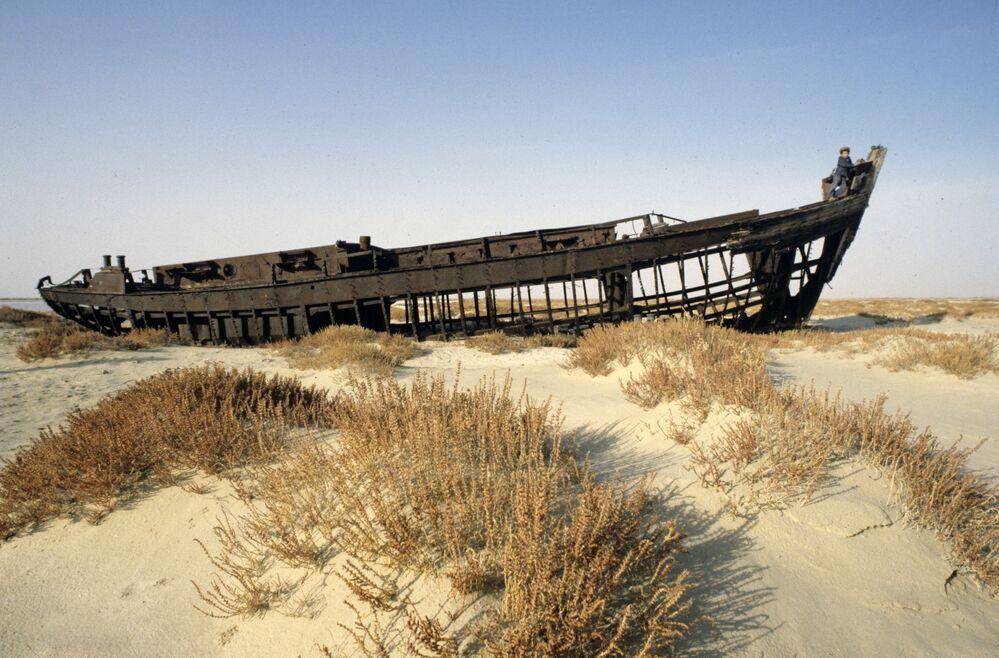 Carcaça de navio de pesca numa área do mar de Aral que secou