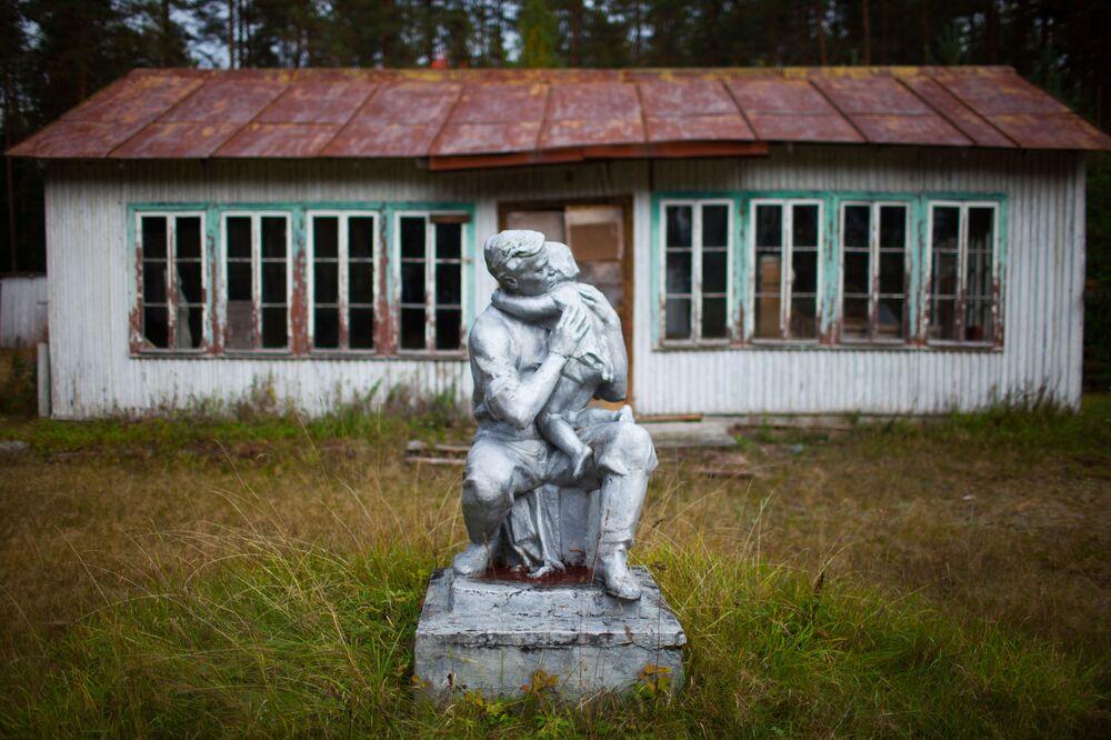 Campo de pioneiros Cosmódromo de Yury Gagarin abandonado no povoado de Vyartsilya, República da Carélia, Rússia