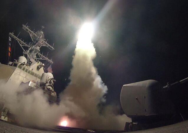 O USS Destroyer (DDG 78), comandante de mísseis guiados da Marinha dos EUA, conduz operações de ataque enquanto no Mar Mediterrâneo, que o Departamento de Defesa dos Estados Unidos disse que era parte do ataque com mísseis de cruzeiro contra a Síria