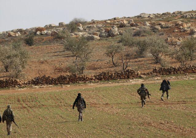 Combatentes do Exército Livre da Síria perto da aldeia de Bazaa na Síria