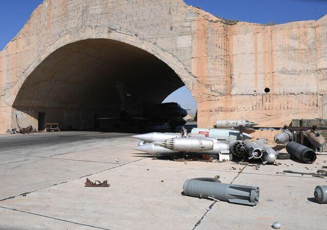 Consequências de um ataque aéreo americano contra base aérea síria na província de Homs (arquivo)