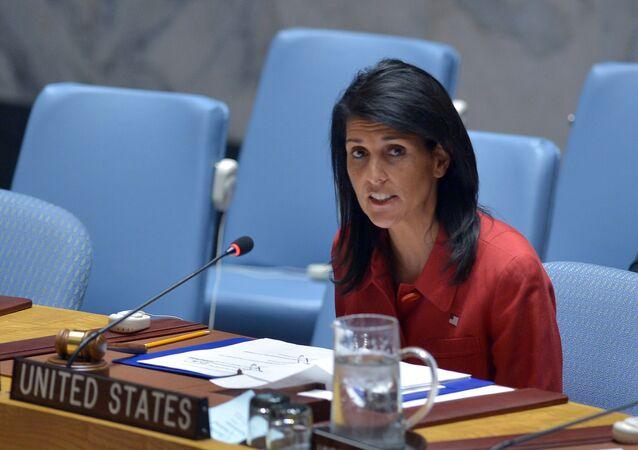 Embaixadora dos EUA na ONU e presidente do Conselho de Segurança da ONU, Nikki Haley, fala durante uma reunião do Conselho de Segurança da ONU sobre a Síria, na sede da ONU em Nova York