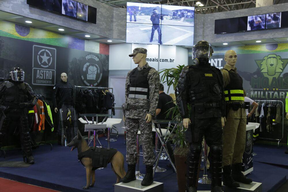 Equipamentos de proteção pessoal e animal em exposição no estande da MOAIS (ASTRO ABC)