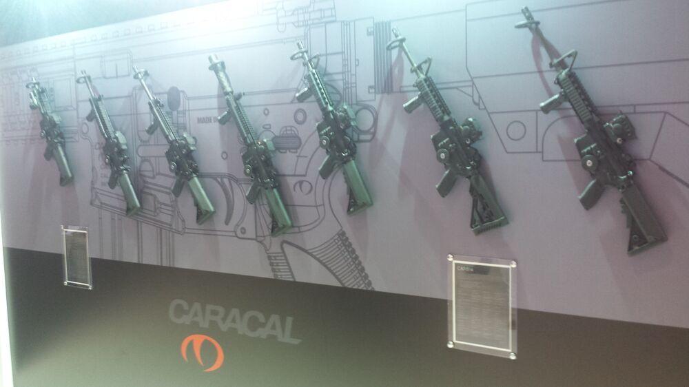 Exposição de armas da Caracal, empresa dos Emirados Árabes Unidos