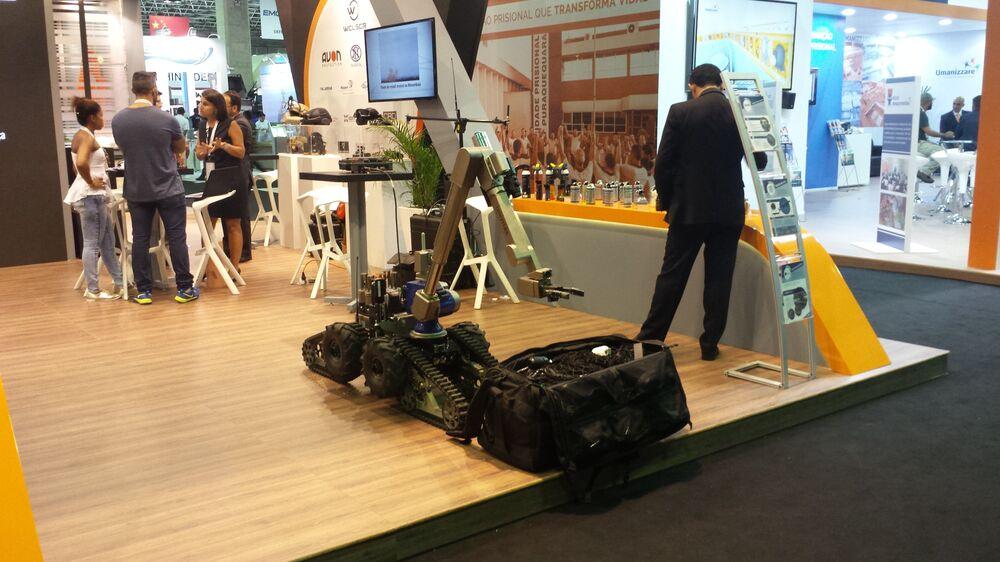 Robô de fabricação alemã Telemax, no estande da Condor, responsável sua pela comercializão no Brasil. Especializado na desativação de bombas, esse robozinho já foi adquirido pelo Exército Brasileiro