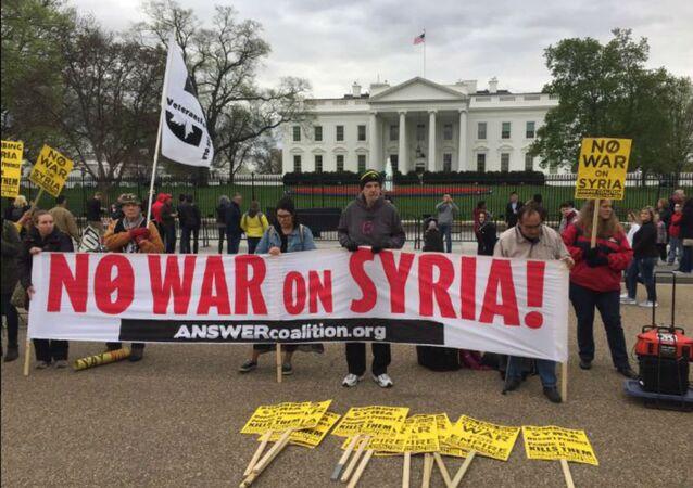 Manifestantes pedem o fim da guerra na Síria durante protesto em frente à Casa Branca