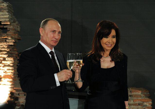 O presidente russo, Vladimir Putin, em encontro com a chefe de Estado da Argentina, Cristina Kirchner, em Buenos Aires (julho de 2014)