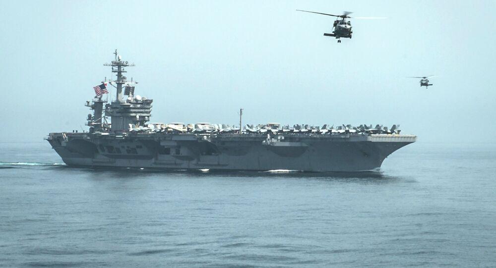 Helicópteros sobrevoam o porta-aviões americano USS Theodore Roosevelt (arquivo)
