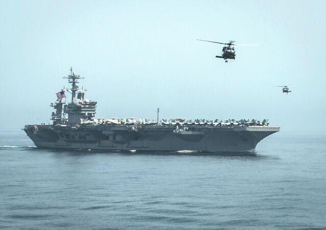 Helicópteros sobre o porta-aviões americano USS Theodore Roosevelt
