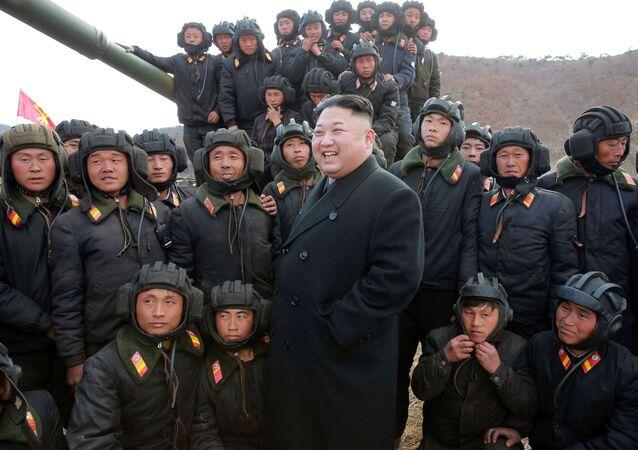 Líder norte-coreano Kim Jong-un com destacamento tanquista do exército da Coreia do Norte