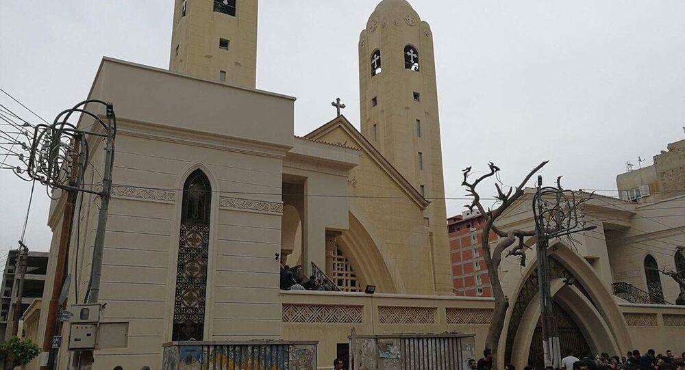Egípcios se reúnem na frente de uma igreja copta, em Tanta, onde ocorreu uma explosão em 9 de abril de 2017 (arquivo)