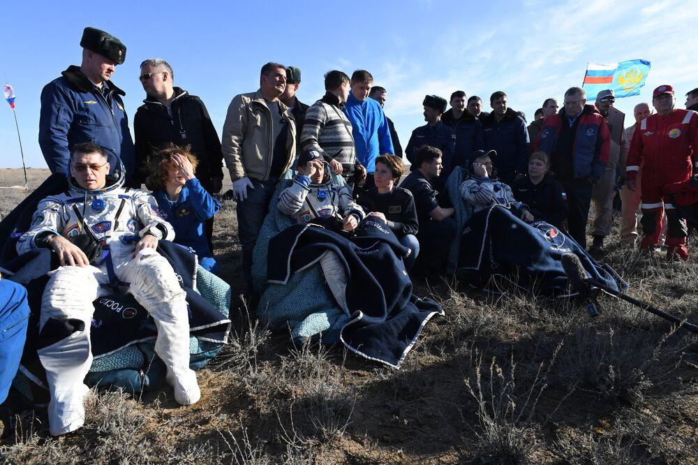 Kimbrough, Ryzhikov e Borisenko descansam após uma longa viagem